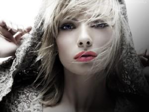 Кожу губ отлично защищают гигиенические помады и бальзамы