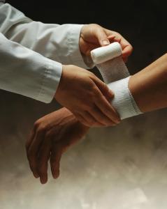 Для профилактики лимфаденита достаточно не забывать обрабатывать раны и царапины