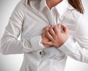 При стенокардии человек испытывает боль в области груди