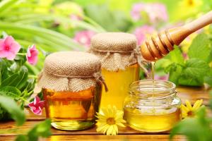 Облегчить состояние при кашле помогает мед