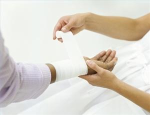 При ранах мазь носят на кожу после обработки антисептиком