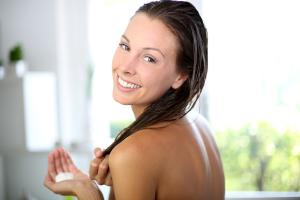 Перед окрашиванием волос проведите опыт на отдельной пряди