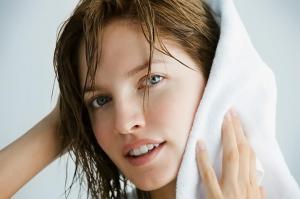Хна помогает бороться с жирностью волос