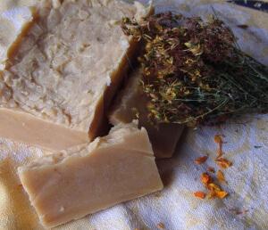 О применении хозяйственного мыла для подмывания ведется множество споров