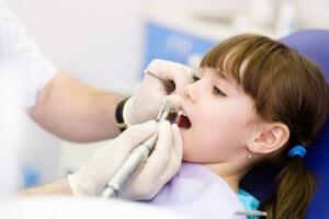 Зуб удаляется различными способами