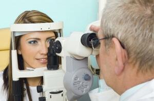 К проверке зрения готовится врач-окулист
