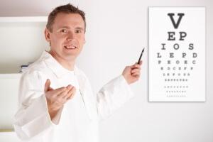 Пациент должен прочесть буквы или символы на таблице