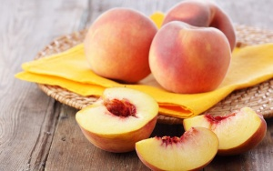 В летнее время персик является популярным фруктом