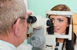 В глазах могут образовываться тромбы в сосудах