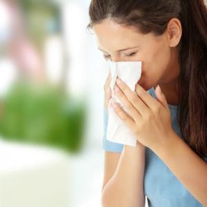 Избавиться от симптомов насморка можно различными способами