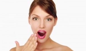 Белые язвочки во рту могут появляться по различным причинам