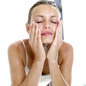 Снизить давление в домашних условиях поможет умывание холодной водой
