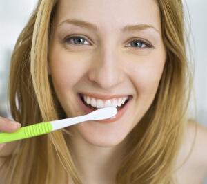 При уходе за зубами важно правильно подобрать зубную щетку