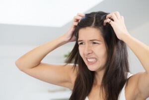 Стресс может привести к появлению болячек на голове