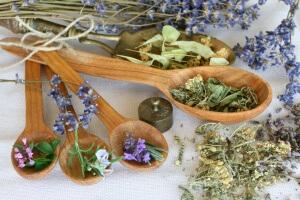 Народная медицина предлагает ряд отваров лекарственных растений