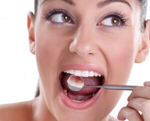 Перекись водорода при попадании на зубную эмаль вступает в химическую реакцию