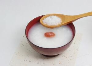 Рисовый отвар мягко обволакивает стенки желудка