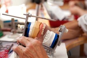 Материал нейлоновых протезов обеспечивает удобство их применения