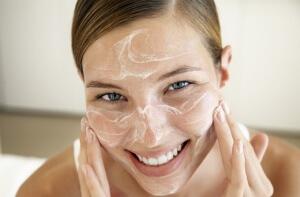 Витамин Аевит добавляют в различные домашние маски для лица
