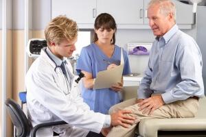 Врач-ортопед назначает лечение