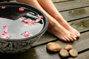 При трещинах на руках можно делать лечебные ванночки