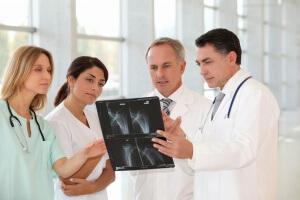 При открытом переломе нужно правильно оказать первую помощь