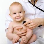 Слезятся глаза у новорожденного: как вести себя родителям