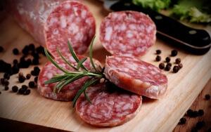 Сырокопченая колбаса отличается твердой консистенцией