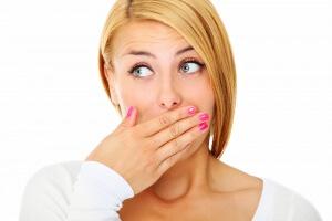 Запах лука изо рта может застать в самый неудачный момент