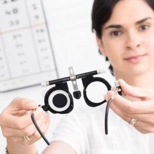 Для корректировки зрения подбираются очки и линзы