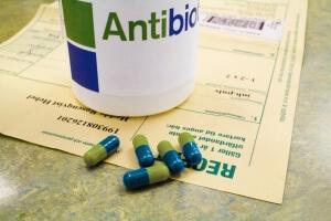 Скарлатину нужно лечить антибиотиками