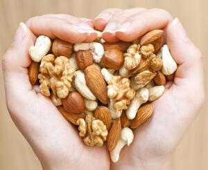 Женщинам нужно обязательно включать в рацион орехи