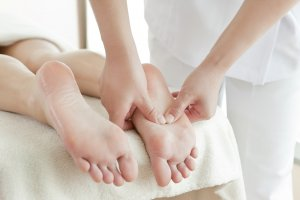 Для стимуляции кровоснабжения можно делать массаж ног