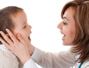 Перед началом лечения врач определяет характер воспаления миндалин